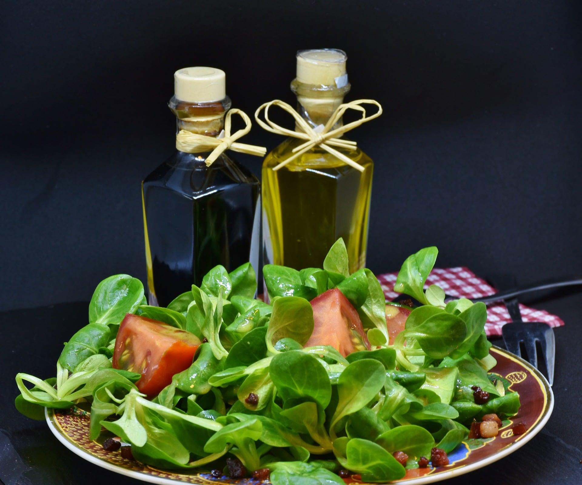 Jablečný ocet spolu s olivovým olejem je výbornou kombinací k dochucení salátu / zdroj: pixabay.com