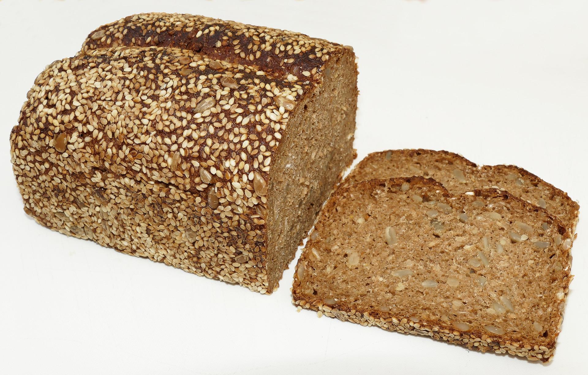 Plátek celozrnného žitného chleba patří ke každé slané snídani / foto: pixabay.com