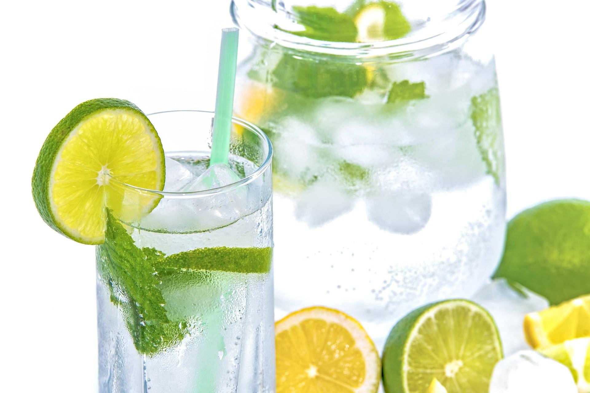 Voda s citronem přispívá k lepšímu trávení a tím zrychluje spalování / foto: pixabay.com
