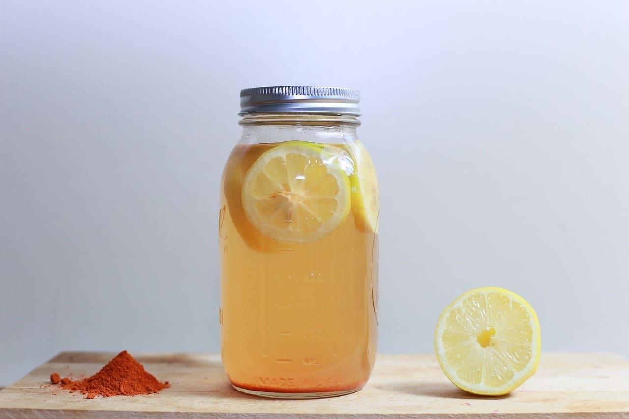 Voda s citronem a kurkumou dodá vitamíny a nastartuje metabolismus / foto: pixabay.com