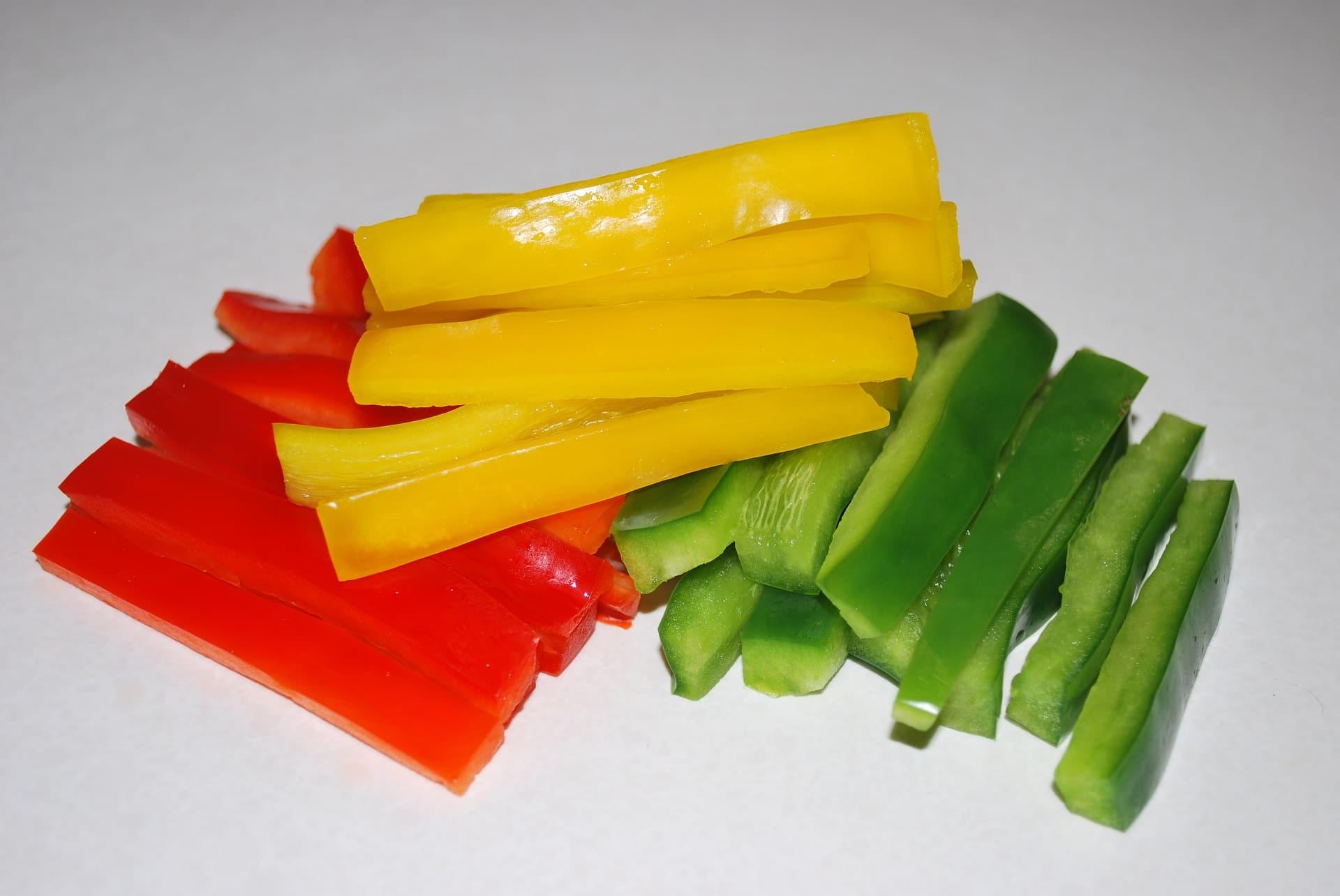 Papriku pokrájejte na hranolky a servírujte s oblíbeným dipem / foto: pixabay.com